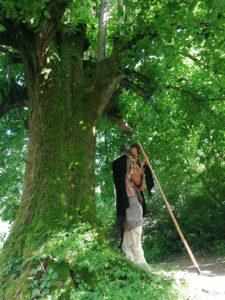 Un Faune-Elfe s'est installé sous un arbre pour conter des histoitres de Dame Nature, du haut de ses Echasses..